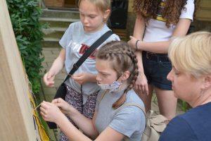 Tkanie kilimu z widokiem Krosna przy Muzeum Rzemiosła w Krośnie