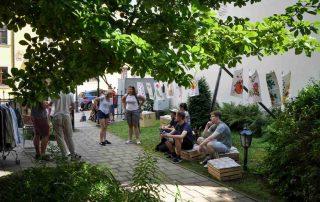 """Zwiedzający wystawę o krośnieńskiej """"Lniance"""" przed budynkiem Muzeum Rzemiosła w Krośnie"""
