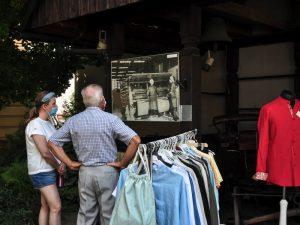Zwiedzający oglądają wystawę plenerową o Lniance