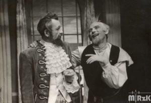 Aktorzy z Zespołu Dramatycznego Nafta podczas spektaklu