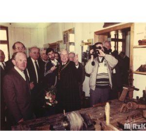 otwarcie muzeum rzemiosła w Krośnie, fotografia kolorowa. Na środku starszy cechu Józef Cisowski