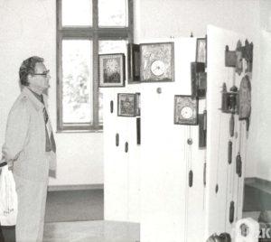 Fotografia czarno-biała przedstawiająca wystawę zegarów w budynku Muzeum Rzemiosła w Krośnie