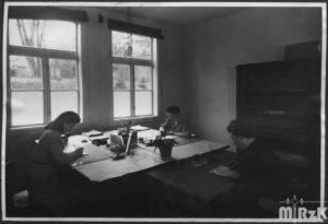 Wnętrze biura KHS, fotografia biało-czarna