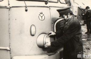 Pracownik PKS przed autokarem