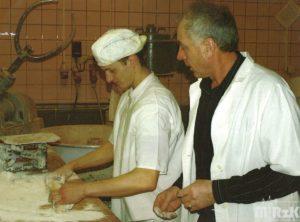 Wnętrze piekarni, dwóch mężczyzn przy pracy