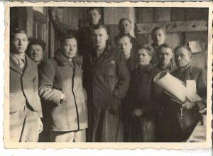 grupa mężczyzn, fotografia czarno-biała