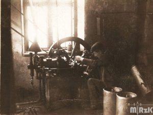 Wnętrze fabryki zegarów, fotografia biało-czarna