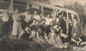 Grupa ludzi przed autobusem PKS, fotografia biało-czarna