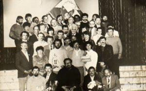 Grupa ludzi pozująca do fotografii, w centralnym miejscu brat zakonny