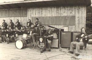 Zespół muzyczny grający na scenie Solińskiego lata 1977