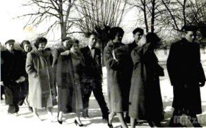 orszak weselny w zimowej scenerii, fotografia biało-czarna