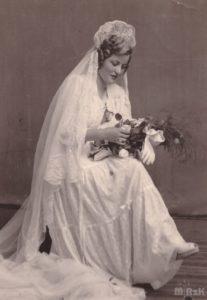 Fotografia panny młodej wykonana w ateler. Fotografia biało-czarna