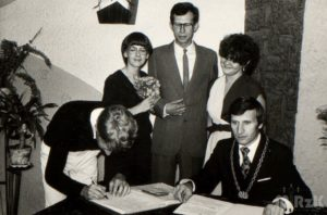 Fotografia biało czarna z urzędu stanu cywilnego
