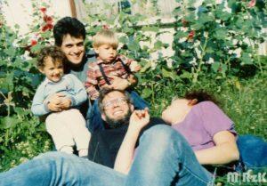 Grupa osób w ogrodzie