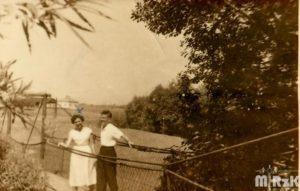 Mężczyzna i kobieta pozują na kładce na rzece