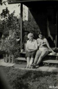Dwie kobiety siedzą na schodach domku działkowego