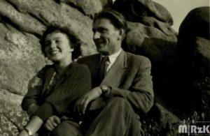 Kobieta i mężczyzna pozują na tle skał
