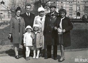 rodzina pozuje do zdjęcia na Rynku w Krośnie. Fotografia biało-czarna.