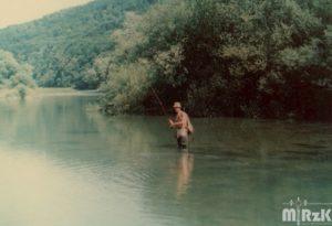 Wędkarz w rzece łowi ryby. fotografia kolorowa