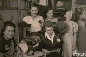 Fotografia czarno-biała. Pięć kobiet w pracowni modniarskiej