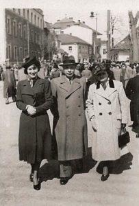 Trzy osoby na spacerze. W tle ul. Sienkiewicza w Krośnie