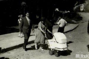 Spacer z dzieckiem w wózku. Fotografia czarno-biała