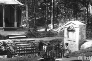 Fotografia biało-czarna wykonana przy źródle Bełkotka.